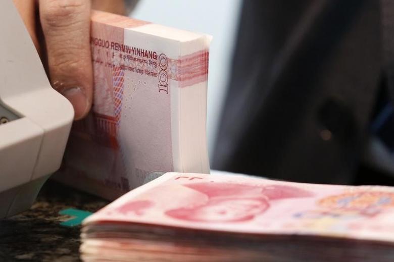 2016年3月30日,北京,一家中资商业银行工作人员手里的人民币纸币。REUTERS/Kim Kyung-Hoon