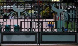 Parques Reunidos dijo el viernes que sus ingresos se vieron afectados en el cuatro trimestre de su ejercicio fiscal por el mal tiempo en EEUU y la caída de visitantes en el parque francés de Marineland tras el atentado de Niza el pasado mes de julio. En la imagen, el logo del Parque de Atracciones de Madrid, parte del grupo,  el pasado 20 de abril de 2016. REUTERS/Sergio Pérez