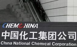 Les groupes publics chinois ChemChina et Sinochem discutent d'une éventuelle fusion susceptible de créer un géant de la chimie, des engrais et du pétrole totalisant près de 100 milliards de dollars de chiffre d'affaires annuel. /Photo d'archives/REUTERS