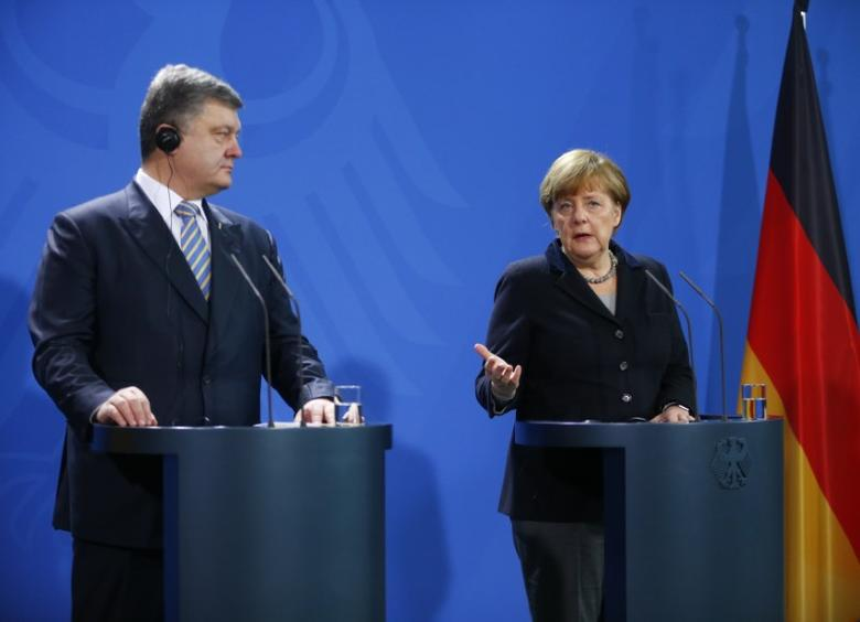 German Chancellor Angela Merkel and Ukrainian President Petro Poroshenko address a news conference at the Chancellery in Berlin, Germany, February 1, 2016. REUTERS/Hannibal Hanschke