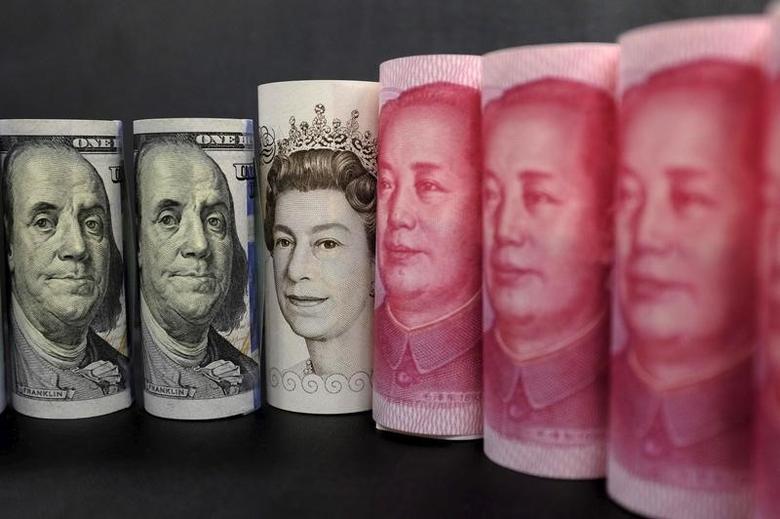 2016年1月21日,美元、英镑和人民币纸币。REUTERS/Jason Lee