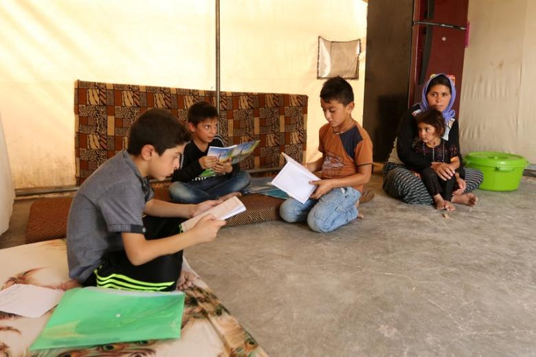Displaced Yazidi children study English after an English course in Dohuk, northern Iraq, August 5, 2016. REUTERS/Ari Jalal
