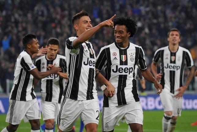 10月15日、サッカーのイタリア・セリエA、首位ユベントスはパウロ・ディバラ(左)の2得点でウディネーゼに2─1で勝利した(2016年 ロイター/Giorgio Perottino)