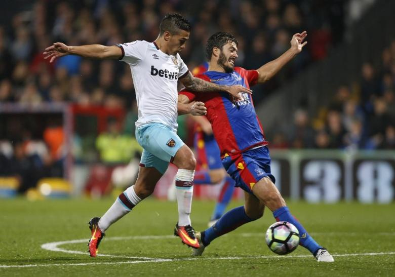 Crystal Palace's James Tomkins in action with West Ham United's Manuel LanziniReuters / Paul Hackett