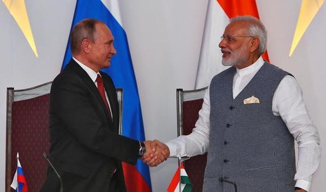 10月15日、インドのモディ首相(右)は、第8回BRICS(ブラジル、ロシア、インド、中国、南アフリカ)首脳会議出席のためインドのゴアを訪問していたロシアのプーチン大統領(左)と会談した(2016年 ロイター/Danish Siddiqui)