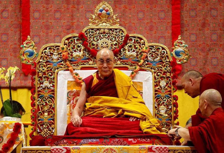 Tibet's exiled spiritual leader the Dalai Lama awaits a public religious lecture to the faithful in Zurich, Switzerland October 14, 2016.  REUTERS/Arnd Wiegmann
