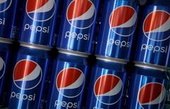 Latas de bebida Pepsi en el estadio Roland Garros en París, Francia, 28 de mayo de 2016. PepsiCo estableció un objetivo para reducir la cantidad de azúcar en sus bebidas en todo el mundo como parte de una serie de metas dirigidas a atajar problemas que abarcan desde la obesidad hasta el cambio climático.  REUTERS/Jacky Naegelen/File Photo