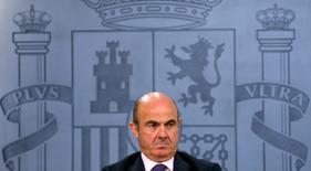 La prórroga presupuestaria que el Gobierno español en funciones ha remitido a Bruselas obligará a quienquiera que gobierne a encontrar una receta con la que ajustar en 5.000 millones de euros las cuentas del país del próximo año para cumplir con el objetivo comprometido con Bruselas. En la imagen de archivo, el ministro de Economía en funciones, Luis de Guindos, en una rueda de prensa el 29 de julio de 2016. REUTERS/Juan Medina
