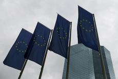 Banderas de la Unión Europea en la sede del Banco Central Europeo, en Fráncfort, Alemania. 21 de julio de 2016.  El Banco Central Europeo (BCE) mantendrá su política monetaria sin cambios cuando se reúna el jueves, aún cuando crece la presión para que la entidad intervenga más en la economía regional, indicó una mayoría de operadores del mercado monetario de la zona euro encuestados por Reuters. REUTERS/Ralph Orlowski