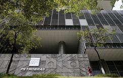 La casa matriz de la petrolera estatal brasileña Petrobras en Río de Janeiro, ene 28, 2016. La producción de crudo y gas natural de Petrobras en Brasil alcanzó los 2,75 millones de barriles de petróleo equivalente por día en septiembre, un récord mensual, informó el lunes la compañía en un documento al regulador de valores.   REUTERS/Sergio Moraes