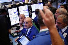 Operadores trabajando en la Bolsa de Nueva York, Estados Unidos. 3 de octubre de 2016. Las acciones subían el lunes en la apertura de la bolsa de Nueva York ayudadas por fuertes reportes de ganancias de empresas clave, entre ellas Bank of America y Hasbro. REUTERS/Lucas Jackson