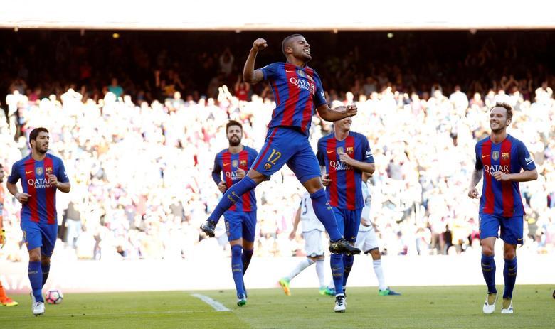 Football Soccer - Barcelona v Deportivo Coruna - Spanish La Liga Santander - Camp Nou stadium, Barcelona, Spain - 15/10/16. Barcelona's Rafa Alcantara celebrates a goal. REUTERS/Albert Gea