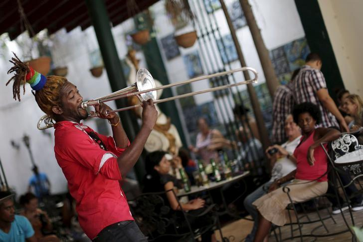 A musician performs in a restaurant in Havana March 16, 2016. REUTERS/Ueslei Marcelino /Files