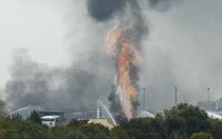 Fuego y humo saliendo de la fábrica de químicos BASF, en Ludwigshafen, Alemania. 17 de octubre de 2016. Varias personas resultaron heridas y otras estaban desaparecidas el lunes después de que se produjeron explosiones en dos plantas de BASF, que forzaron a la mayor compañía del mundo de productos químicos a cerrar algunos centros de producción. REUTERS/Ralph Orlowski