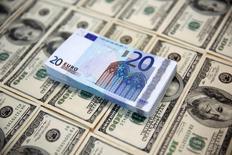 Доллары и евро. Доллар США взял передышку на азиатской сессии во вторник после недавнего роста, отступив от семимесячных максимумов к корзине основных мировых валют, пока инвесторы оценивали вероятность повышения процентных ставок ФРС в ближайшие месяцы.  REUTERS/Dado Ruvic/Illustration/File Photo