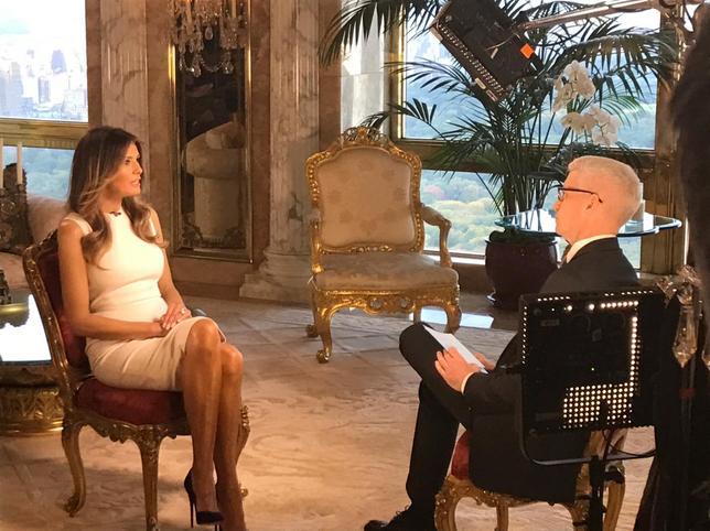 10月17日、米大統領選の共和党候補ドナルド・トランプ氏が女性に関してわいせつな会話をしていたビデオについて、メラニア夫人(写真左)がテレビインタビュー「ボーイズトーク(男同士のあけすけな会話)」に過ぎないと擁護した。写真はCNN提供(2016年 ロイター)