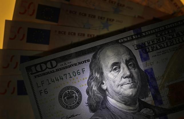 10月18日、午後3時のドル/円は、前日ニューヨーク市場午後5時時点に比べ、わずかにドル高/円安の103円後半。午前の人民元基準値発表の後は手掛かりが見当たらず、方向感が出なかった。写真はブルガリア・ソフィアで2015年3月撮影(2016年 ロイター/Stoyan Nenov)