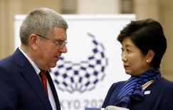 Presidente do COI, Thomas Bach, durante encontro com governadora de Tóquio, Yuriko Koike.     18/10/2016           REUTERS/Kim Kyung-Hoon