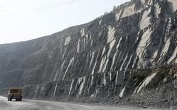 Un camión pasando en la mina de plomo y zinca Gorevsky GOK cerca de Novoangarsk, Rusia, ago 17, 2016. El cobre y el zinc subieron el martes, impulsados por sólidos datos de crédito de China, uno de los mayores consumidores de metales del mundo, y por la debilidad del dólar.  REUTERS/Ilya Naymushin