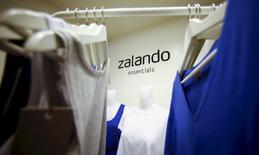 Le leader européen de la vente d'habillement en ligne Zalando a annoncé mercredi un ralentissement de la croissance de son chiffre d'affaires au troisième trimestre, malgré une amélioration de sa rentabilité. /Photo d'archivesREUTERS/Hannibal Hanschke