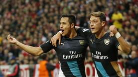 Football - Bayern Munich v Arsenal - UEFA Champions League Group Stage - Group F - Allianz Arena, Munich, Germany - 4/11/15 Arsenal's Mesut Ozil celebrates with Alexis Sanchez after scoring a goal but it is later disallowed Action Images via Reuters / John Sibley