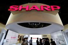 Le japonais Sharp prévoit un bénéfice d'exploitation sur l'exercice en cours d'environ 40 milliards de yens (350 millions d'euros), rapporte le quotidien économique Nikkei. Son action a pris mercredi 10,64% à la Bourse de Tokyo. /Photo prise le 3 octobre 2016/REUTERS/Toru Hanai