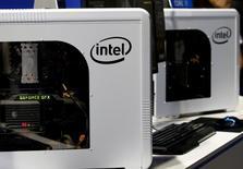 Логотип Intel на компьютерах на выставке игр в Токио. Квартальная прибыль и выручка Intel Corp превзошли ожидания за счёт улучшения спроса на персональные компьютеры и роста центра сбора и обработки данных и облачного подразделения, но прогноз выручки компании на текущий квартал разочаровал Уолл-стрит.      REUTERS/Kim Kyung-Hoon/File Photo