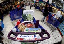 Carrefour, la segunda cadena minorista más grande del mundo, dijo el miércoles que el crecimiento de sus ingresos se aceleró en el tercer trimestre, lo que refleja unas sólidas ventas en Brasil y un mejor desempeño en su mercado principal de Francia pese a un entorno difícil en ese país. En la imagen, el logo de Carrefour en un carrito en el hipermercado de Carrefour en Niza, Francia, 6 de abril de 2016. REUTERS/Eric Gaillard/File Photo