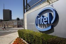 """Intel a publié mardi des résultats trimestriels supérieurs aux attentes, soutenus par l'amélioration du marché des PC et la croissance de ses activités de centres de données et d'informatique dématérialisée (""""cloud""""), mais sa prévision de chiffre d'affaires pour la fin de l'année a déçu les investisseurs. L'action chute de 4,3% dans les échanges d'avant-Bourse. /Photo d'archives/REUTERS/Ronen Zvulun"""