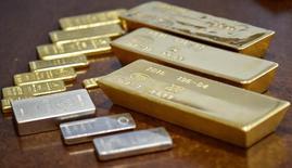 Слитки золота и серебра в хранилище Нацбанка Казахстана в Алма-Ате. 30 сентября 2016 года. Цены на золото выросли в среду на фоне слабости доллара и снижения доходности казначейских облигаций США в связи с неопределённостью в отношении сроков повышения ставки ФРС. REUTERS/Mariya Gordeyeva