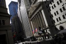 Wall Street hésitait mercredi dans les premiers échanges d'une séance durant laquelle les investisseurs suivront la publication du Livre Beige de la Réserve fédérale ainsi que le troisième débat de la présidentielle. Quelques minutes après l'ouverture, le Dow Jones gagne 0,17% à 18.193,58 points. /Photo d'archives/REUTERS/Mike Segar