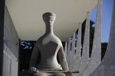 Estátua da Justiça do lado de fora do Supremo Tribunal Federal, em Brasília 07/04/2010 REUTERS/Ricardo Moraes