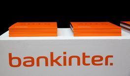 Bankinter dijo el jueves que su beneficio neto alcanzó los 400 millones de euros en los primeros nueve meses del año, un 33,6 por ciento más que en el mismo periodo del año anterior y por encima de las estimaciones del mercado.  En la imagen de archivo, un logo de Bankinter . REUTERS/Andrea Comas/File Photo