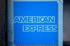 El emisor de tarjetas de crédito American Express elevó su previsión de ganancias ajustadas para 2016, tras reportar el miércoles ingresos del tercer trimestre mejores a los esperados, lo que impulsaba a sus acciones en las operaciones tras el cierre del mercado regular. En la imagen de archivo el logo de American Express en Los Angeles, California,. REUTERS/Lucy Nicholson