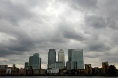 """Reino Unido debe encontrar un """"mecanismo"""" que dé a sus bancos  acceso al mercado único de la Unión Europea (UE) una ve que se complete el proceso de divorcio con el bloque comunitario, dijo un alto cargo del gobierno británico este jueves. En la foto de archivo, nubes sobre el distrito financiero Canary Wharf en Londres el 3 de agosto de 2010.  REUTERS/Greg Bos"""