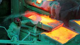 Imagen de archivo de un trabajador en la refinería de cobre de Codelco en Ventanas, Chile. 7 enero 2015. El mercado mundial de cobre refinado presentó un superávit de 133.000 toneladas en julio, comparado con un déficit de 106.000 toneladas el mes previo, dijo el Grupo Internacional de Estudio del Cobre (ICSG por su sigla en inglés) en su último boletín mensual. REUTERS/Rodrigo Garrido