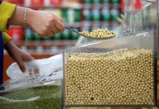 Un cliente comprando soja en un supermercado en Wuhan, China, abr 14, 2014. China reducirá el área sembrada de maíz y aumentará la de soja en los próximos cinco años, dijo el jueves el Gabinete, que reiteró las metas delineadas previamente este año con el fin de ajustar la estructura de cultivo del país para satisfacer mejor la demanda.  REUTERS/Stringer imagen solo para uso editorial