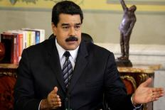 Foto de archivo del presidente de Venezuela, Nicolás Maduro, hablando en un acto en el Palacio de Miraflores en Caracas. Oct 7, 2016. Maduro partió el jueves a una gira por países de Oriente Medio, entre ellos Irán y Arabia Saudita, en busca de sellar un acuerdo entre naciones productoras de petróleo para impulsar los precios del crudo. REUTERS/Marco Bello