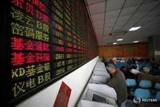 Инвесторы в брокерской конторе в Шанхае 21 апреля 2016 года. Китайские фондовые индексы торговались в пятницу без ярко выраженной динамики, но смогли к концу сессии немного подрасти благодаря укреплению акций инфраструктурного сектора, которое компенсировало обеспокоенность по поводу продолжающегося ослабления юаня. REUTERS/Aly Song/File Photo