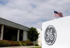 General Electric Co registró el viernes ganancias del tercer trimestre que superaron los pronósticos del mercado, pero el crecimiento de sus ingresos se mantuvo flojo, lo que llevó al grupo a bajar sus objetivos de crecimiento de ventas del año completo y su perspectiva de beneficios. En la imagen, el logo de General Electric en Santa Ana, California, Estados Unidos, el 13 de abril de 2016.  REUTERS/Mike Blake/File Photo