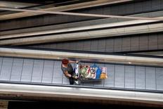 La confianza del consumidor de la eurozona aumentó como se esperaba a -8,0 puntos en octubre desde el nivel de -8,2 en septiembre, indicó el viernes la Comisión Europea en su estimación preliminar. En la imagen, una mujer empuja un carro en Charenton Le Pont, cerca de París, en una fotografía de archivo. REUTERS/Charles Platiau/File Photo