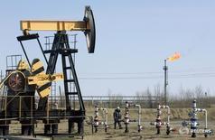 Станок-качалка Роснефти под Нефтеюганском 26 апреля 2006 года. Минэнерго России повысило прогноз добычи нефти и газового конденсата после 2020 года до 555-560 миллионов тонн в год, сказал журналистам в пятницу замминистра Алексей Текслер. REUTERS/Sergei Karpukhin