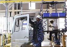 Un empleado trabajando el chasis de un camión BharatBenz  en la planta de Daimler en Oragadam, India, abr 18, 2012. La menguante demanda de camiones de Daimler llevó a la compañía a recortar su perspectiva de ventas para este año, restándole brillo a un incremento de la ganancia operativa del tercer trimestre impulsada por márgenes más altos de los autos de lujo de Mercedes-Benz.     REUTERS/Babu