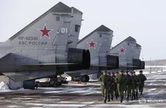 Военнослужащие российской армии у сверхзвуковых МиГ-31Б в Канске 22 февраля 2013 года. Дума РФ приняла в первом чтении изменения в федеральный бюджет на 2016 год, из-за роста военных расходов увеличивающие дефицит на 674 миллиарда рублей до 3,0 триллионов рублей, или 3,7 процента ВВП, который Минфин будет закрывать дополнительными заимствованиями и доходами от передачи Башнефти Роснефти. REUTERS/Ilya Naymushin