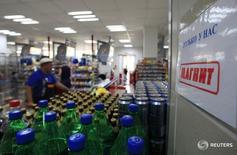 Магазин Магнит в Москве 1 августа 2012 года. Крупнейший в России продуктовый ритейлер Магнит, вероятно, покажет меньший, чем планировал, чистый прирост количества магазинов в 2016 году, активизировав закрытие неэффективных торговых точек, заявил глава компании Сергей Галицкий. REUTERS/Sergei Karpukhin