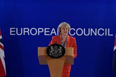 """Los inversores están obsesionados con la idea de que haya un """"Brexit duro"""". Pero los que temen que el Reino Unido salga de la Unión Europea sin amortiguadores se equivocarían si lo fían todo a una demanda ante el tribunal más alto del Reino Unido presentada por un gestor de fondos y un peluquero.  En la imagen, la primera ministra británica, Theresa May, durante una rueda de prensa tras una cumbre de la UE en Bruselas, el 21 de octubre de 2016. REUTERS/Eric Vidal"""