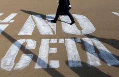 """La Unión Europea ha dado al gobierno federal de Bélgica hasta el lunes a última hora para garantizar el respaldo de la región de Valonia a un acuerdo comercial entre la UE y Canadá, o se cancelará una cumbre prevista para firmar el pacto, dijo el domingo una fuente de la UE. En la imagen, una mujer pasa sobre un graffiti en el que se lee """"NO CETA"""", en referencia al acuerdo comercial de la UE con Canadá, en Bruselas el 13 de octubre de 2016.  REUTERS/François Lenoir"""