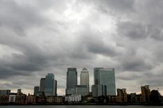 Grandes bancos internacionales se están preparando para trasladar algunas de sus operaciones fuera de Reino Unido a principios de 2017 debido a la incertidumbre sobre la futura relación del país con la Unión Europea, según una destacada figura del sector. En esta imagen de archivo, unas nubes de tormenta sobre el distrito financiero Canary Wharf en Londres el 3 de agosto de 2010.  REUTERS/Greg Bos/File Phot