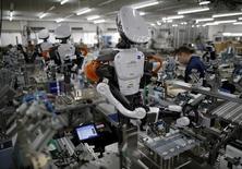 """L'activité manufacturière au Japon s'est développée en octobre à son rythme le plus rapide en neuf mois avec la progression des nouvelles commandes. L'indice PMI du secteur manufacturier japonais s'est élevé ce mois-ci à 51,7 en version """"flash"""" après 50,4 en version définitive en septembre. /Photo d'archives/REUTERS/Issei Kato"""