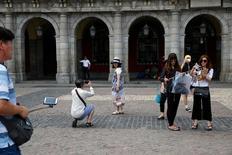 La ocupación en los hoteles españoles y los precios de las estancias siguieron aumentando en septiembre tras un verano de récord, gracias sobre todo a la mayor afluencia de turistas extranjeros. En la imagen, unos turistas en la plaza mayor de Madrid, el 27 de julio de 2016. REUTERS/Susana Vera